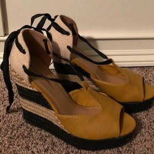 C Label mustard and black wedges